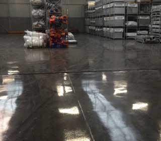 Vloercoating in een magazijn